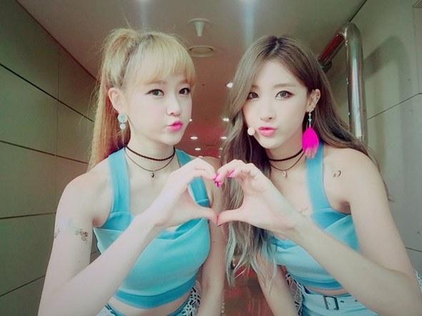 kpop, kpop idols, kpop womance, kpop girl groups womance, kpop maknae, kpop maknae love, maknae, maknae unnie, apink, red velvet, nine muses, mamamoo, gfriend, f(x) victoria krystal, twice nayeon tzuyu, snsd taeyeon seohyun, girls day sojin hyeri