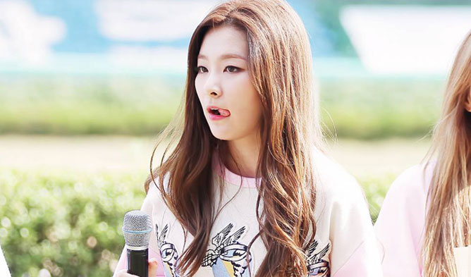 kpop habits, kpop idol habits, kpop cute idols, seulgi cute habit, seulgi habit, seulgi tongue, seulgi tongue habit