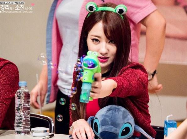 kpop, kpop idols, kpop fan signing, kpop idols bubbles, kpop bubbles, kpop meet and greet, cute kpop idols, kyungri bubbles