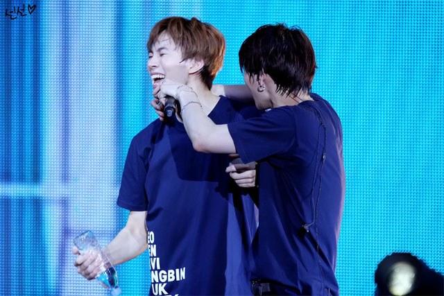 kpop skinship, skinship kpop idol, kpop idol skinship, kpop idol kiss, kpop idol hug, kpop idol expressing affection, kpop idol affection, vixx skinship, vixx leo skinship