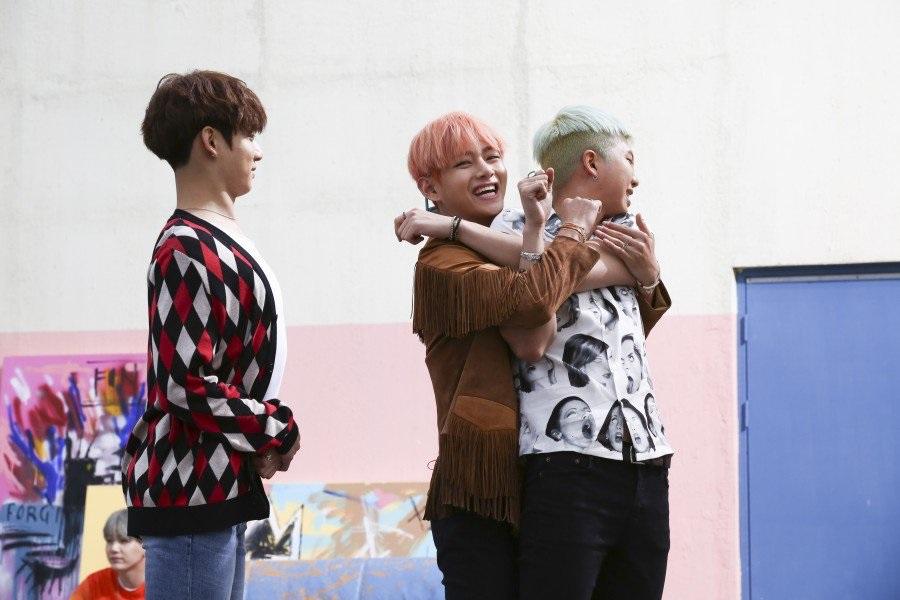 kpop skinship, skinship kpop idol, kpop idol skinship, kpop idol kiss, kpop idol hug, kpop idol expressing affection, kpop idol affection, bts skinship, bts v skinship
