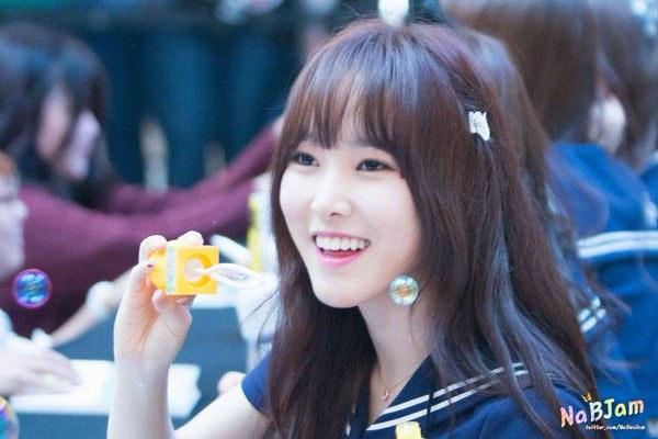 kpop, kpop idols, kpop fan signing, kpop idols bubbles, kpop bubbles, kpop meet and greet, cute kpop idols, yuju bubbles
