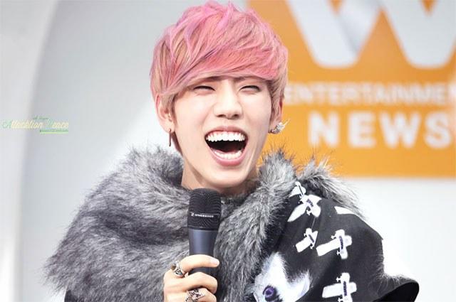 kpop idols laughing, kpop idols laugh, kpop laughing, happy laughing, laughing, dongwoo laugh