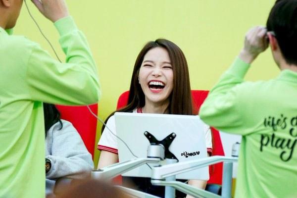 kpop idols laughing, kpop idols laugh, kpop laughing, happy laughing, laughing, solar laugh
