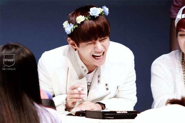 kpop idols laughing, kpop idols laugh, kpop laughing, happy laughing, laughing, bts v laugh