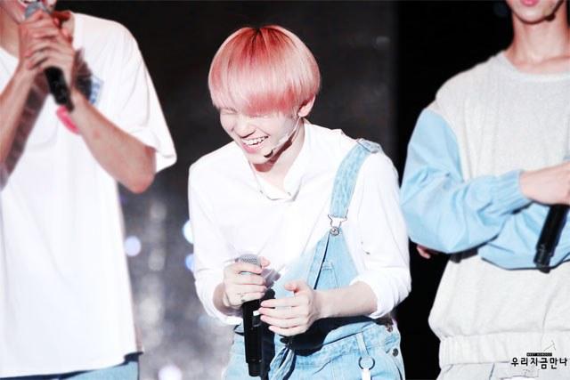 kpop idols laughing, kpop idols laugh, kpop laughing, happy laughing, laughing, woozi laugh