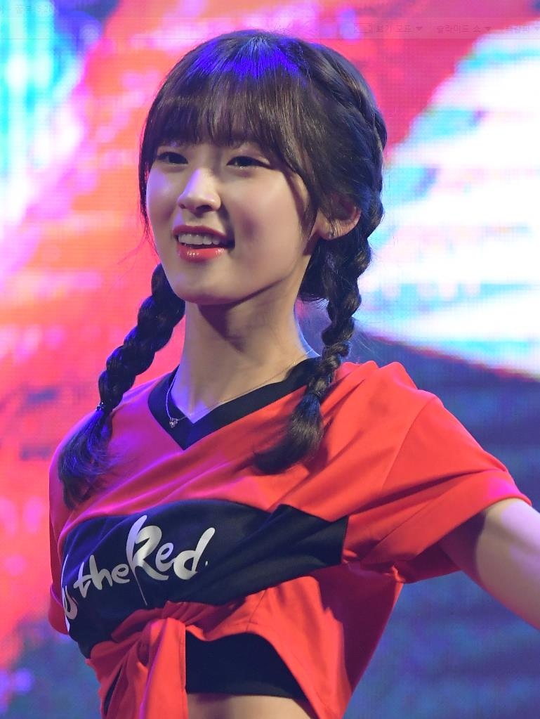 OH MY GIRL's ARin Wows With Her Body Line At Performance ...