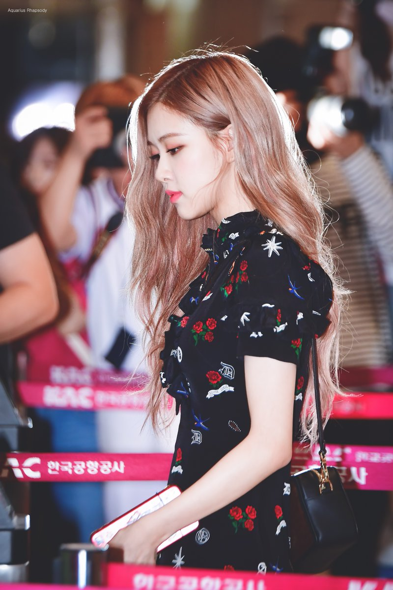 Blackpink S Rose Lovely Summer Airport Fashion With Slippers Kpopmap