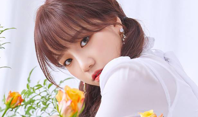 IZ*ONE's Sakura And HyeWon Cheer On ChaeWon For Uni Entrance Exam