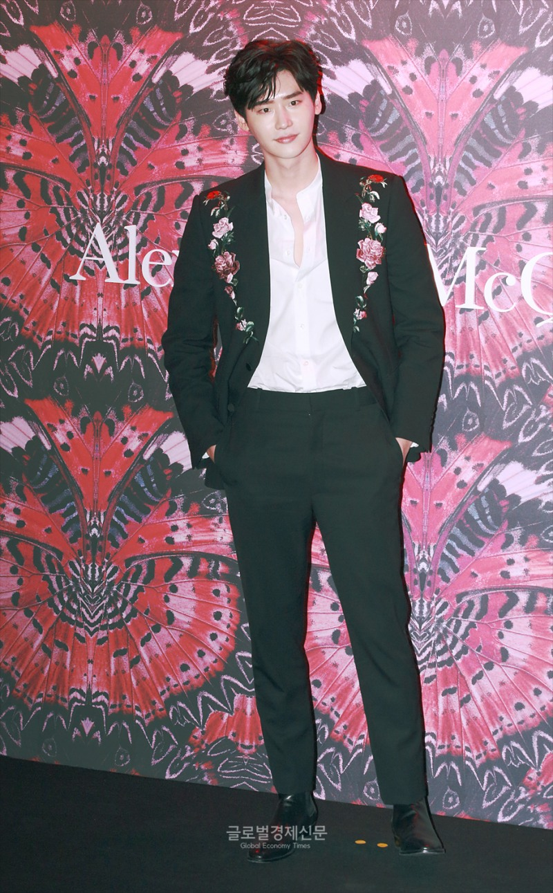best korean celeb outfit, korean actors fashion, lee jongsuk