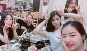 ChungHa, NaYoung, ChaeYeon, YeonJung & HeeHyun Reunite For A Meal