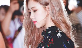 BLACKPINK's Rosé Lovely Summer Airport Fashion With Slippers