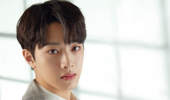 Lai KuanLin Mobbed And Stepped On By Sasaengs Causing Him To Lose A Shoe