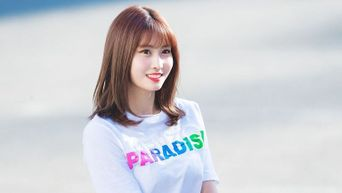 Netizens Talk About The Reactions Of Male Idols Behind Momo During Show Champion Performance