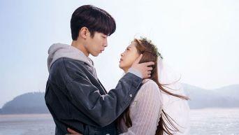 2 Romantic Scenes Of K-Dramas At The Beach This Week