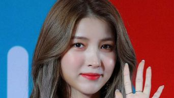 GFriend SoWon Shows What She Carries In Her Bag On A Daily Basis