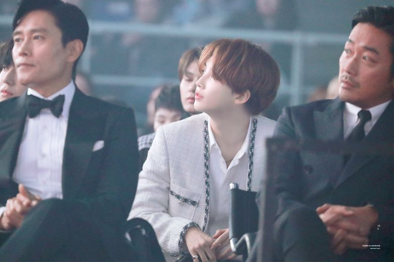 SEVENTEEN's JeongHan Beauty Shines In The Middle Of Lee ByungHun And Ha JungWoo At AAA