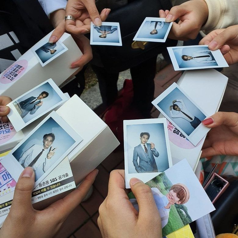 """SEVENTEEN's MinGyu Bids Farewell As SBS """"Inkigayo"""" MC With Macarons And Polaroids To Fans"""