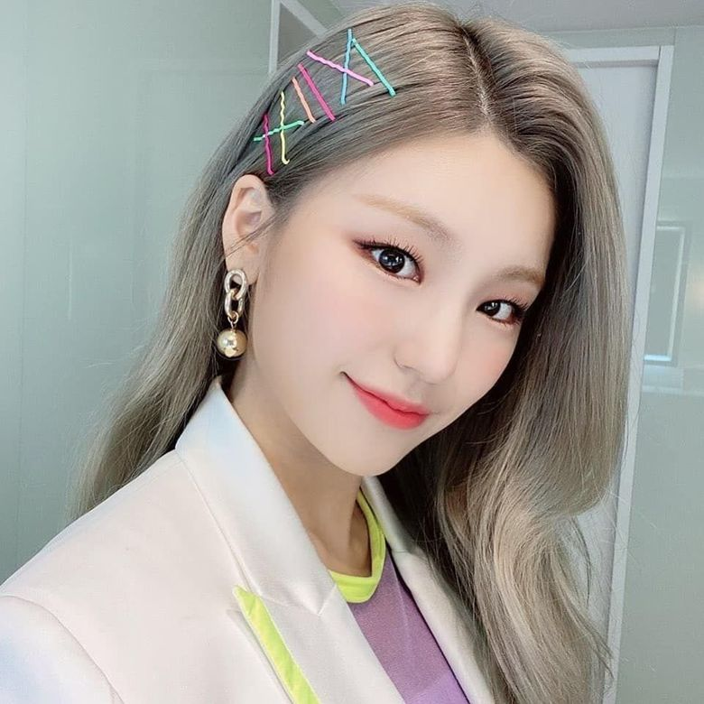 ITZY's YeJi Shows Off Lovely Selfies With Colorful Hair Pins