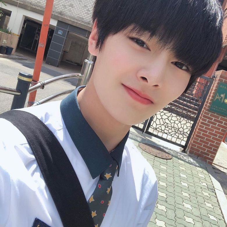 Stray Kids' I.N Gains Attention For His Bright And Fresh Uniform Selfies