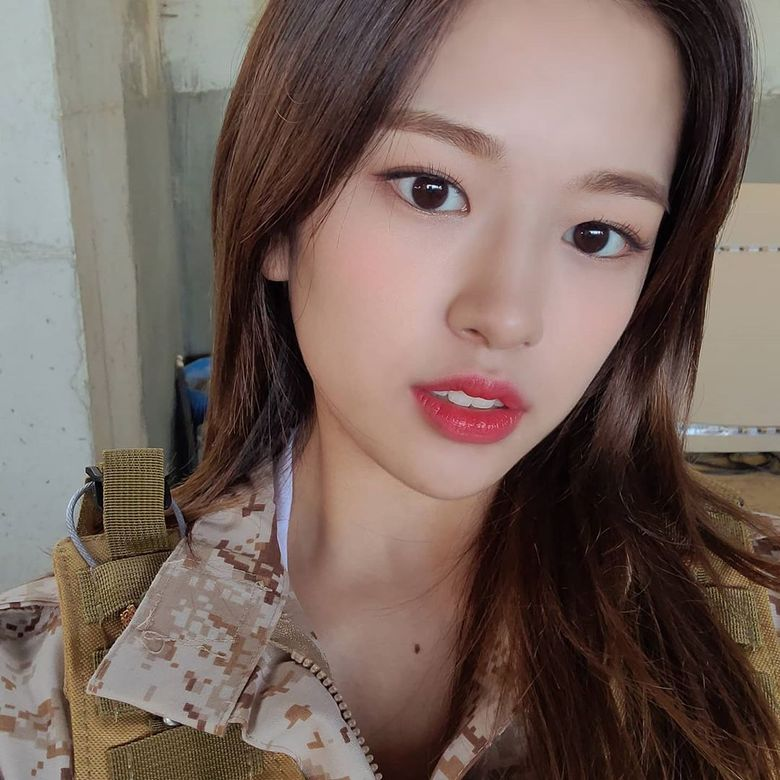 """IZ*ONE's YuJin Reminds Many Of """"Descendants Of The Sun"""" With Military Outfit"""