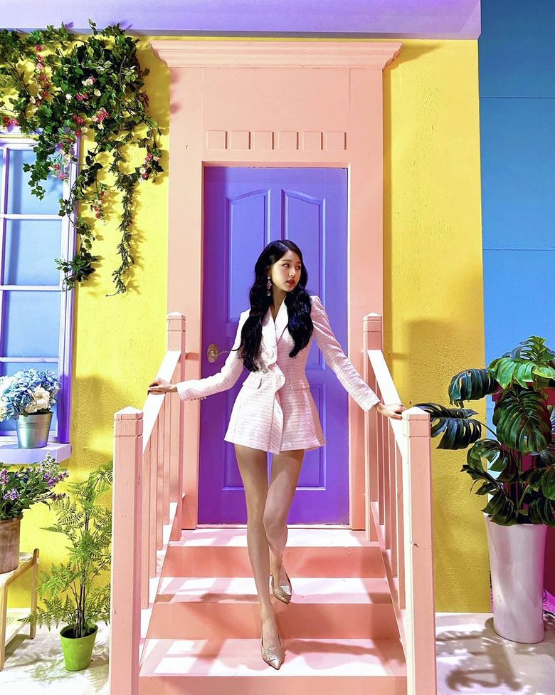 IZ*ONE WonYoung's Legs Alone Look Like They Are 120cm Long