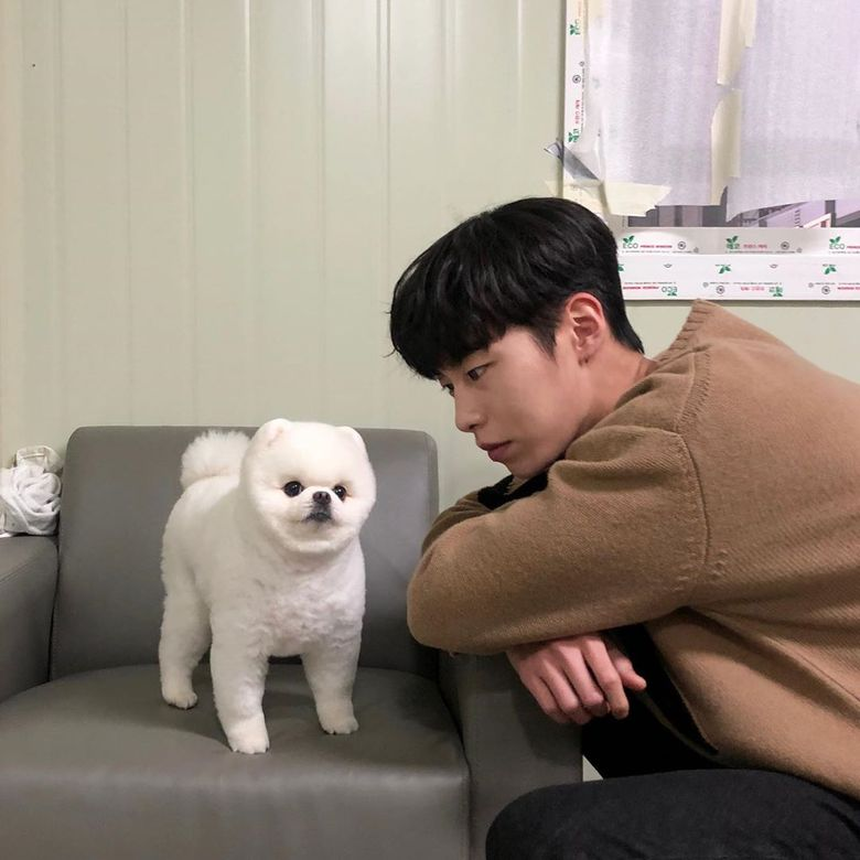 """Lee JaeWook Takes Cute Pictures With Dog MiMi From """"Do Do Sol Sol La La Sol"""""""