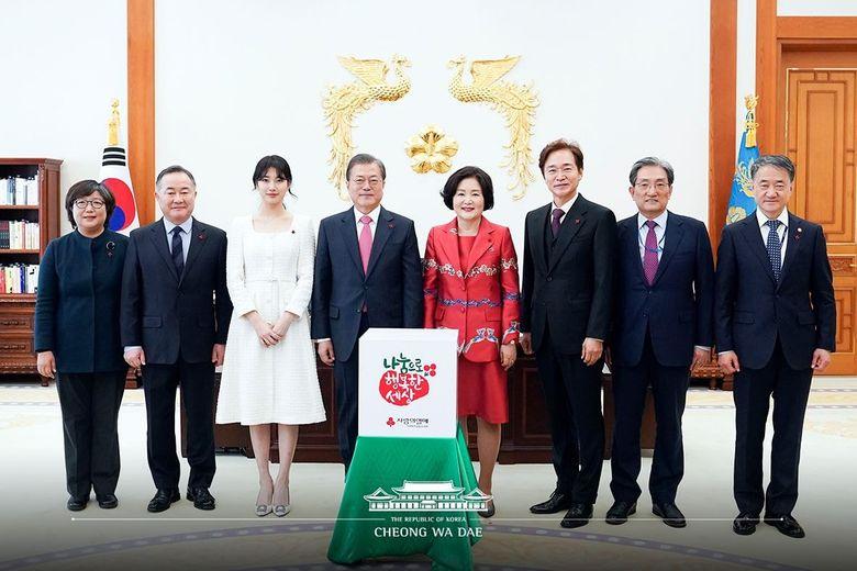 Idols Pics With Cheongwadae Logo Shows How They Rep South Korea
