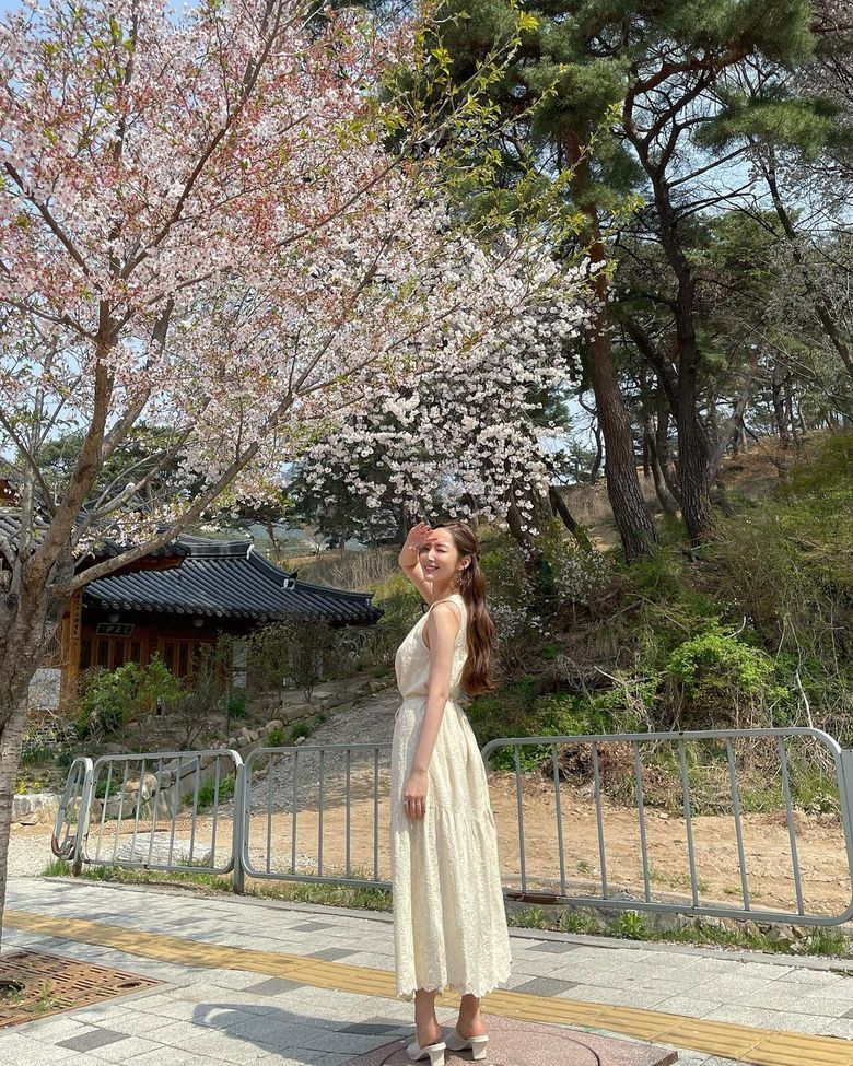 Park MinYoung Is A Spring Goddess In New Instagram Pictures