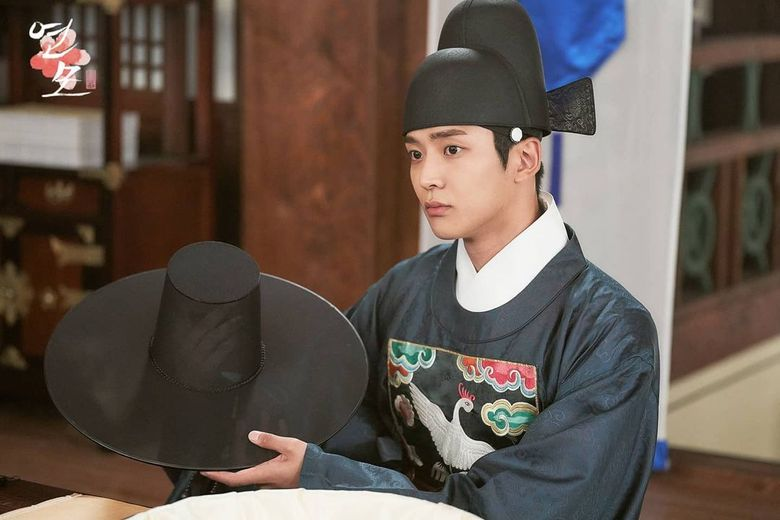"""Here's How Netizens Are Reacting To The First Still Cuts From """"The King's Affection"""" Starring SF9's RoWoon And Park EunBin"""