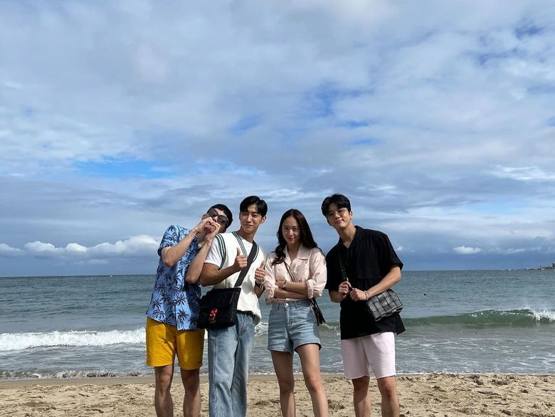 """Yoo YoungJae Shares An Adorable Seaside Selfie On Instagram With His Co-Stars From """"Police University"""""""