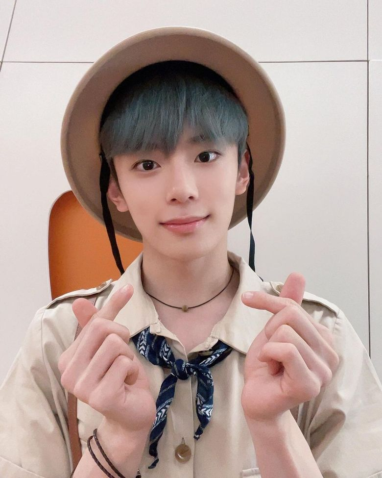 8 Moments When VERIVERY's KangMin Sent Us Finger Hearts