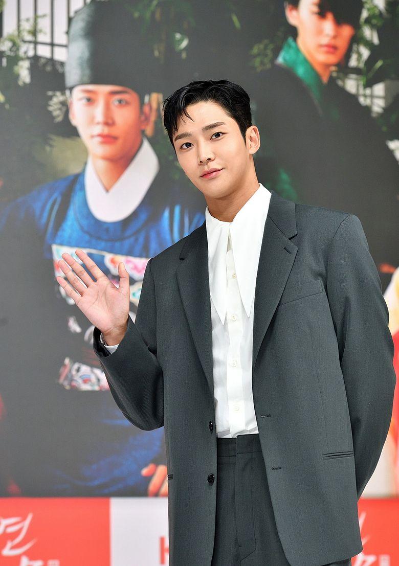"""Perbedaan Tinggi Badan Park EunBin dan RoWoon Of SF9 """"Kasih Sayang Raja"""" Terbukti Menggemaskan"""